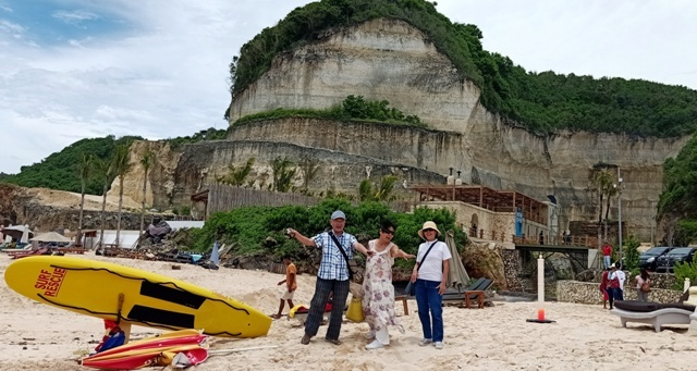 友人をウルワツの三つのビーチに案内する_d0083068_12193609.jpg