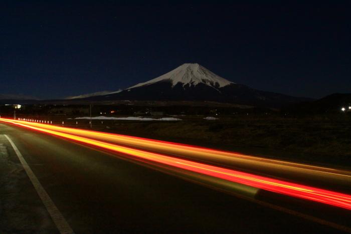 令和2年2月の富士 (16) 忍野草原の光跡と富士_e0344396_21460184.jpg