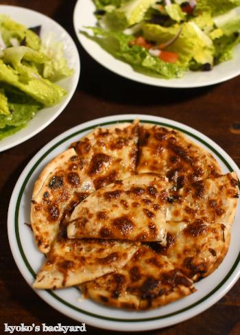 チリビーンズスープにチーズ・フラットブレッドを添えて_b0253205_11141751.jpg