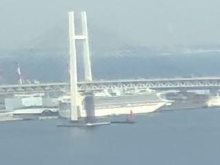 今最も有名な船を遠めに拝見_b0040332_20073798.jpg