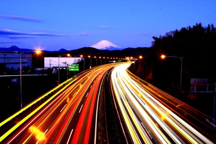 令和2年2月の富士 (21) 東名高速道路の光跡と富士_e0344396_18050723.jpg