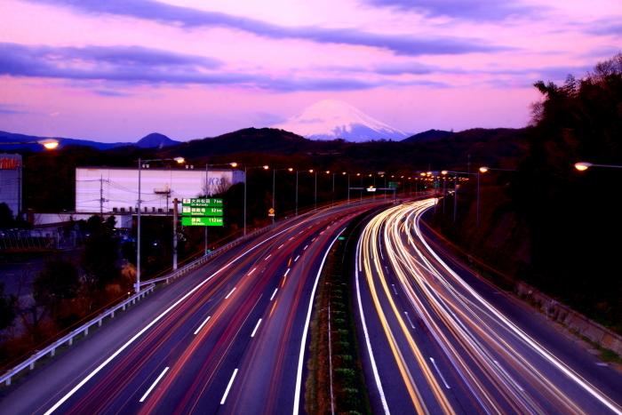 令和2年2月の富士 (21) 東名高速道路の光跡と富士_e0344396_18050845.jpg