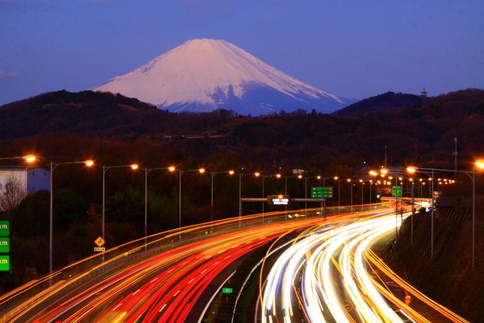 令和2年2月の富士 (21) 東名高速道路の光跡と富士_e0344396_18050870.jpg