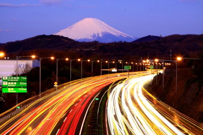 令和2年2月の富士 (21) 東名高速道路の光跡と富士_e0344396_18050875.jpg