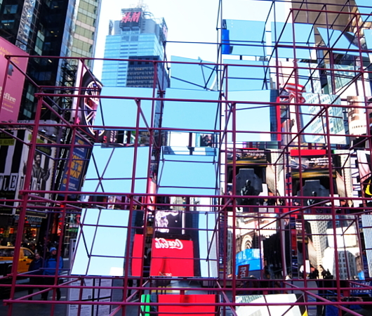"Love in Times Sq. 恒例の愛のアート、2020年は""Heart Squared""_b0007805_23371709.jpg"
