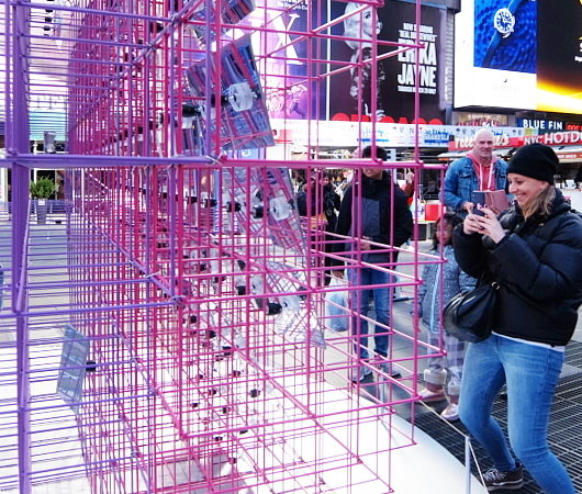 "Love in Times Sq. 恒例の愛のアート、2020年は""Heart Squared""_b0007805_23375017.jpg"