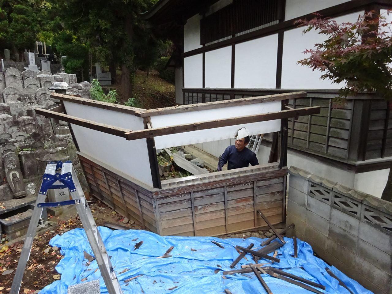 お寺の塀の建て替え工事 進行中。_f0105112_05101437.jpg