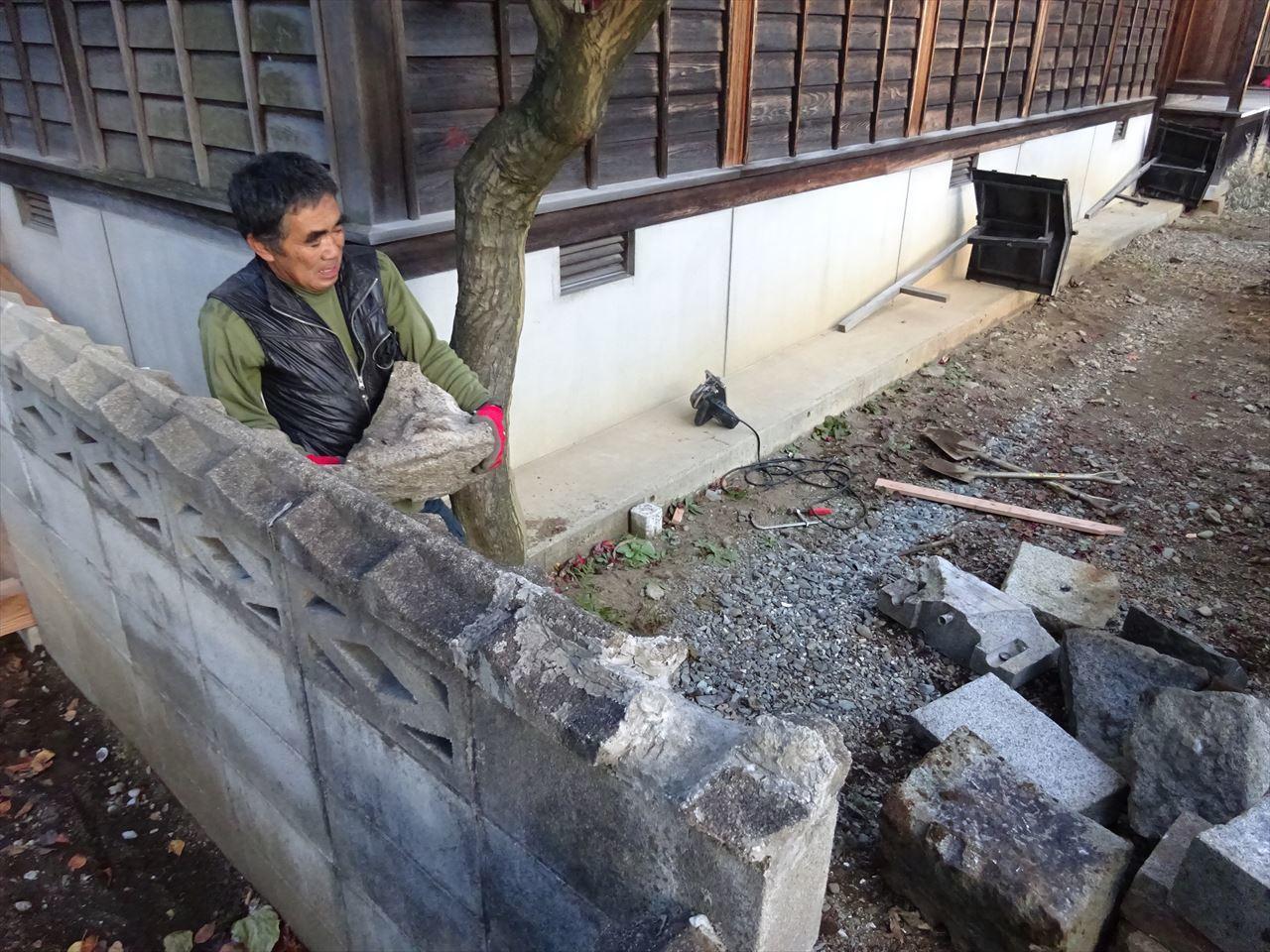 お寺の塀の建て替え工事 進行中。_f0105112_05152326.jpg