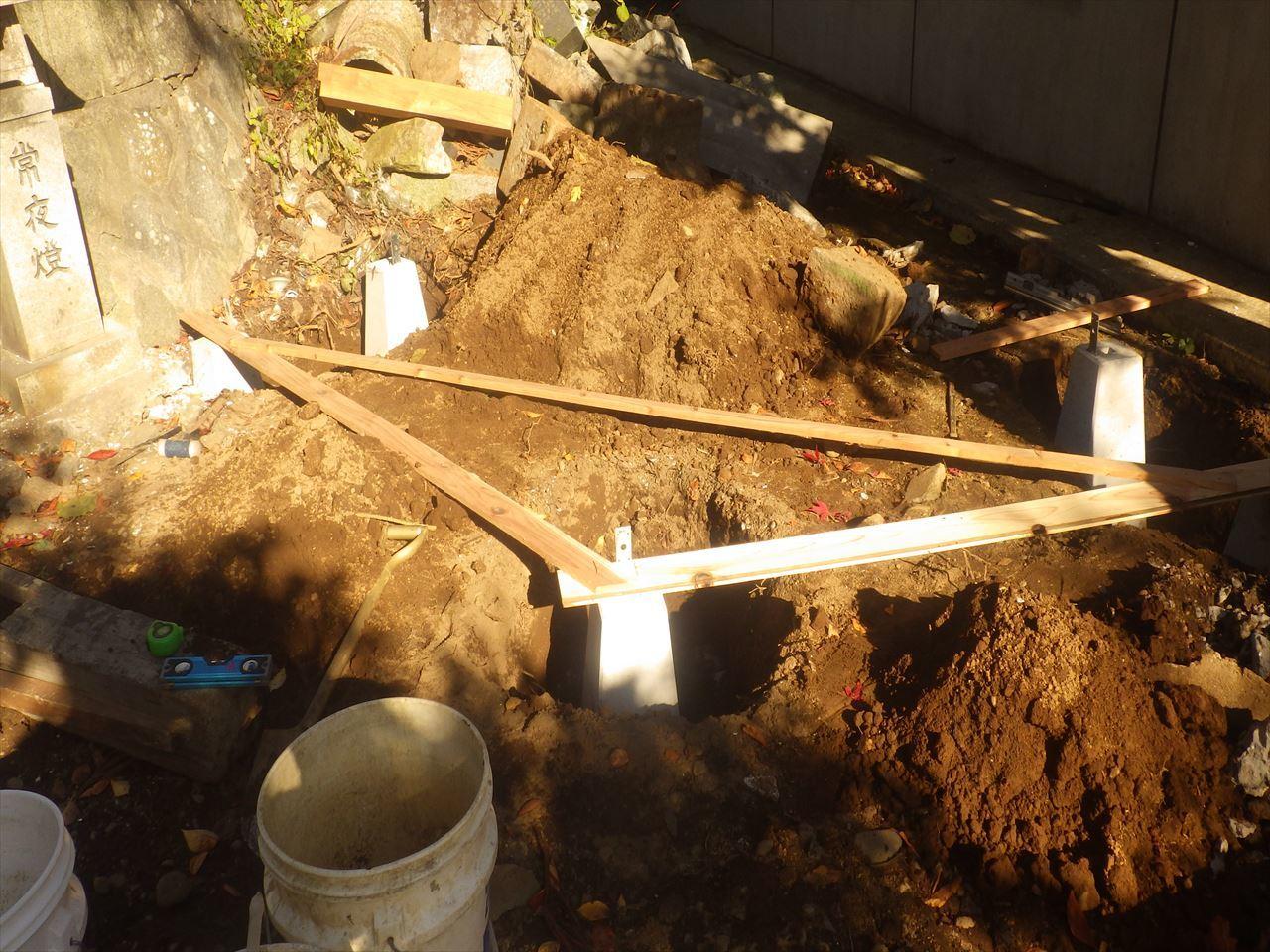 お寺の塀の建て替え工事 進行中。_f0105112_05152395.jpg