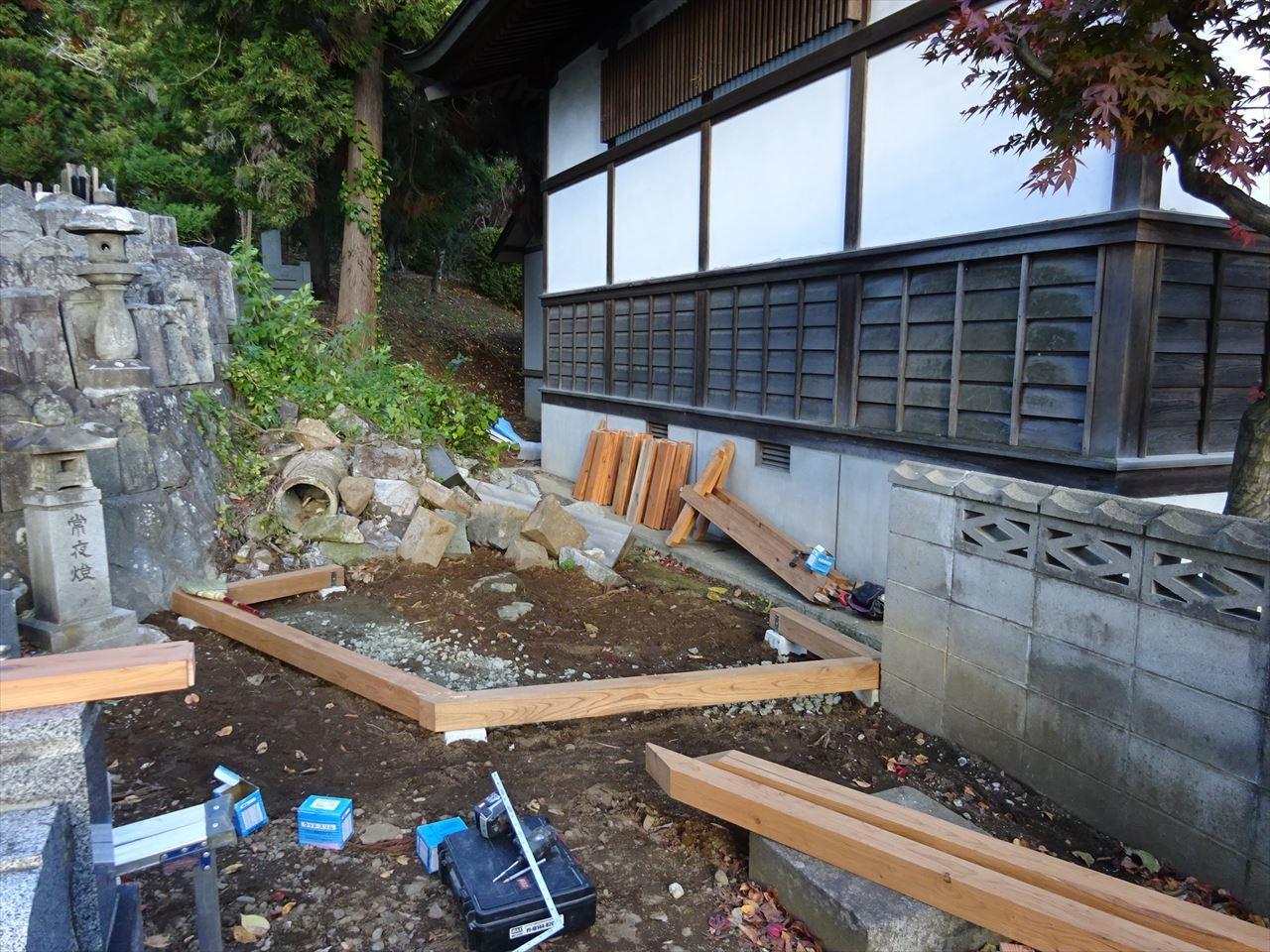 お寺の塀の建て替え工事 進行中。_f0105112_05152456.jpg