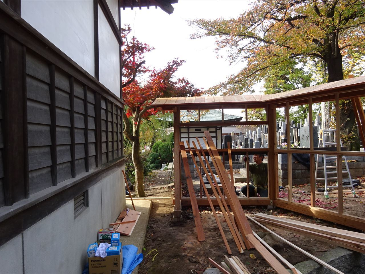 お寺の塀の建て替え工事 進行中。_f0105112_05284106.jpg