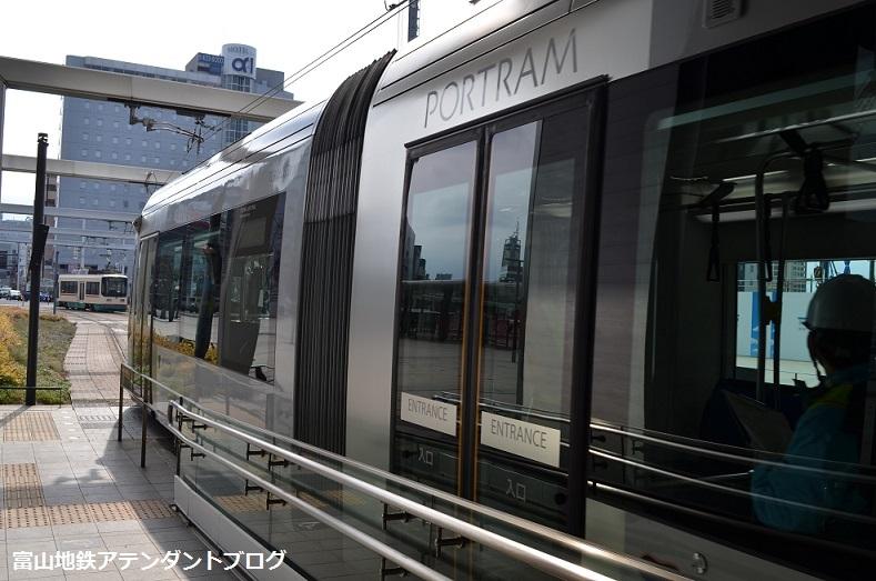 富山駅に珍客?_a0243562_13355368.jpg