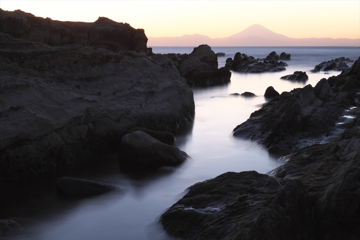 岩礁と赤富士 2_f0018464_20320283.jpg