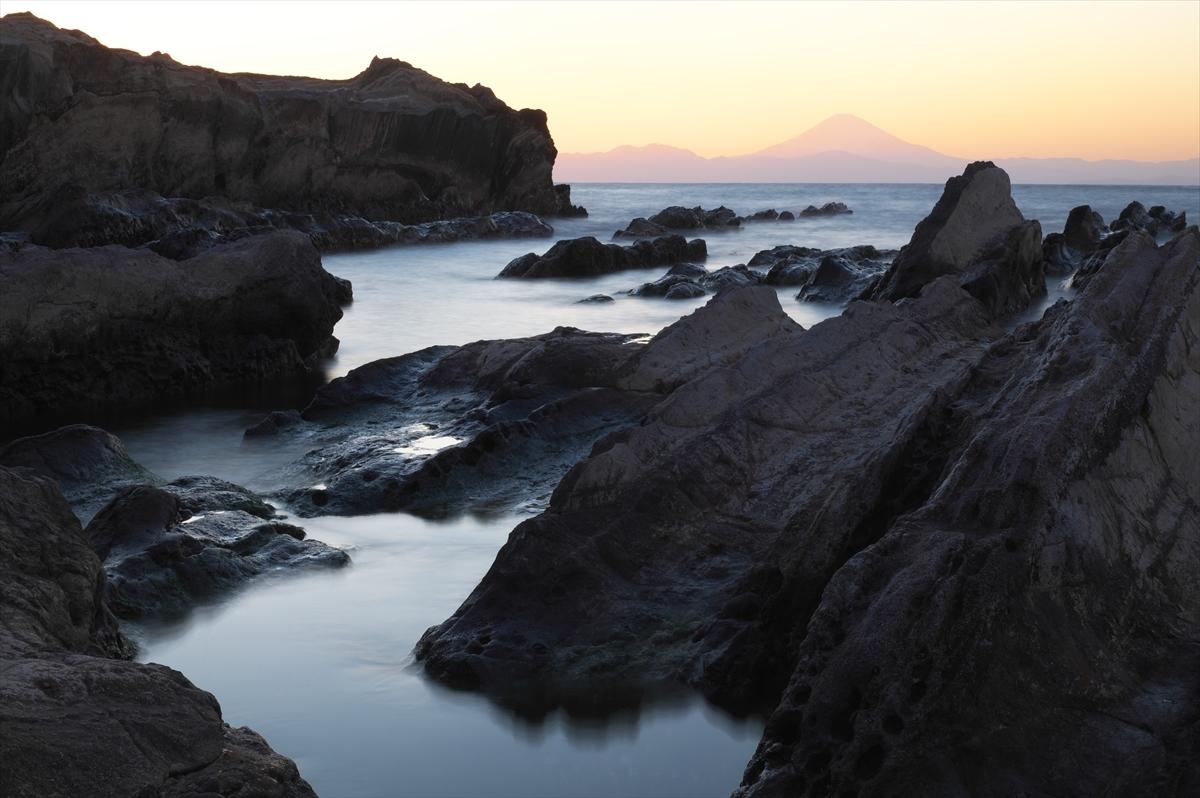 岩礁と赤富士 2_f0018464_20321169.jpg