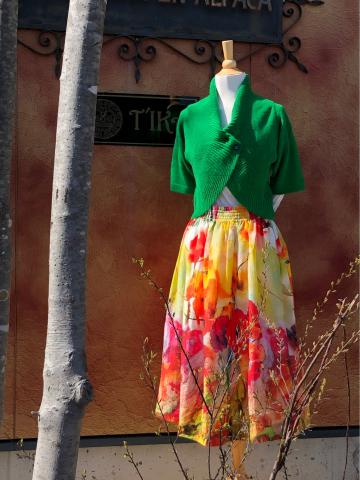 元気いっぱい 布のカラフルお花のスカートなど入荷しました_d0187468_15574679.jpg