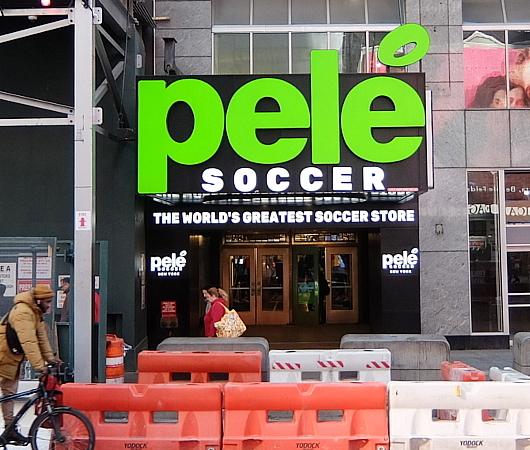 NYのタイムズ・スクエアに世界最高のサッカー専門店、ペレ・サッカー(Pelé Soccer)旗艦店オープン_b0007805_06182876.jpg