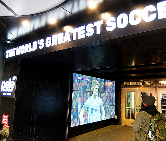 NYのタイムズ・スクエアに世界最高のサッカー専門店、ペレ・サッカー(Pelé Soccer)旗艦店オープン_b0007805_06192655.jpg