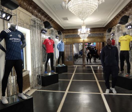 NYのタイムズ・スクエアに世界最高のサッカー専門店、ペレ・サッカー(Pelé Soccer)旗艦店オープン_b0007805_06201631.jpg