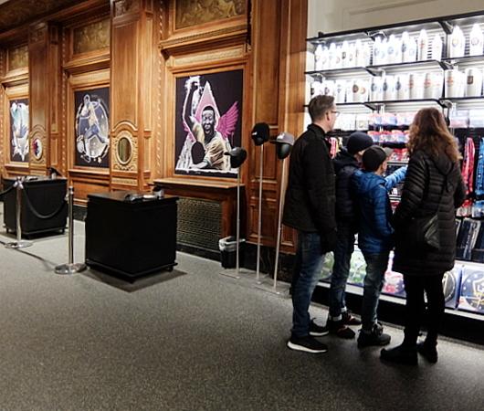 NYのタイムズ・スクエアに世界最高のサッカー専門店、ペレ・サッカー(Pelé Soccer)旗艦店オープン_b0007805_06231354.jpg