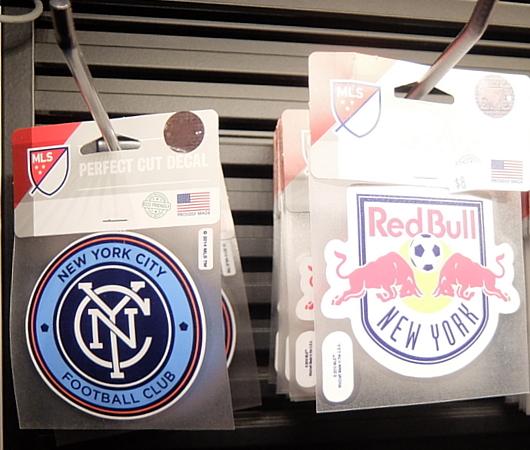 NYのタイムズ・スクエアに世界最高のサッカー専門店、ペレ・サッカー(Pelé Soccer)旗艦店オープン_b0007805_06240898.jpg