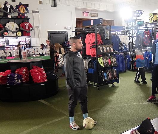 ペレ・サッカーの普通のお店とは一味違う、独自演出_b0007805_06425804.jpg