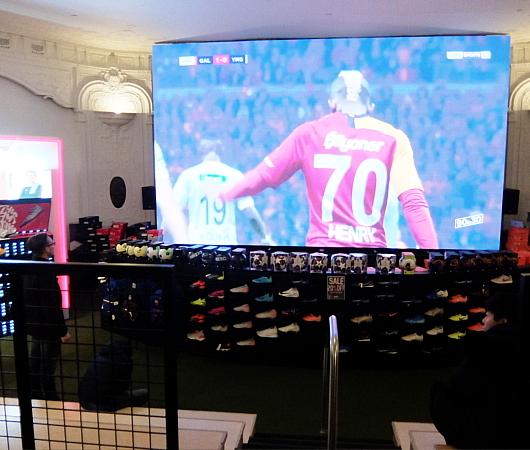 ペレ・サッカーの普通のお店とは一味違う、独自演出_b0007805_06484287.jpg
