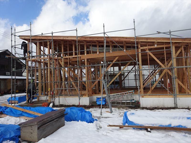 田沢湖の家 現地での建て方作業進行中!_f0105112_04381625.jpg