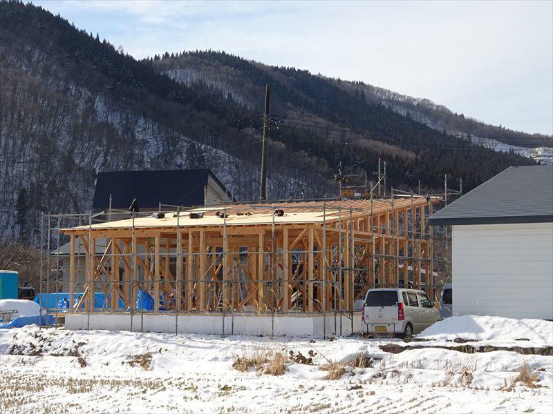 田沢湖の家 現地での建て方作業進行中!_f0105112_04381642.jpg