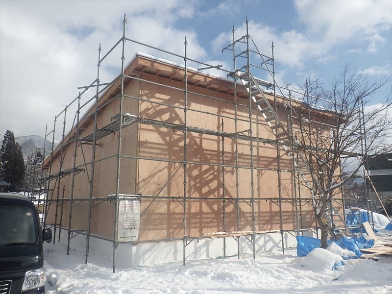 田沢湖の家 現地での建て方作業進行中!_f0105112_04381680.jpg