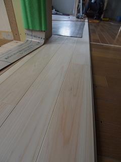 床板貼っています。_c0039501_18545130.jpg
