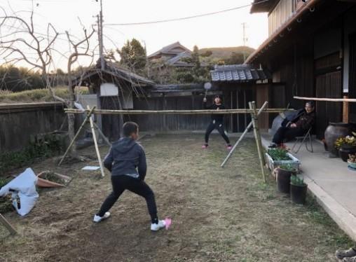 土筆採りの後は 村の子とバトミントンを楽しむ_a0346704_19263925.jpg