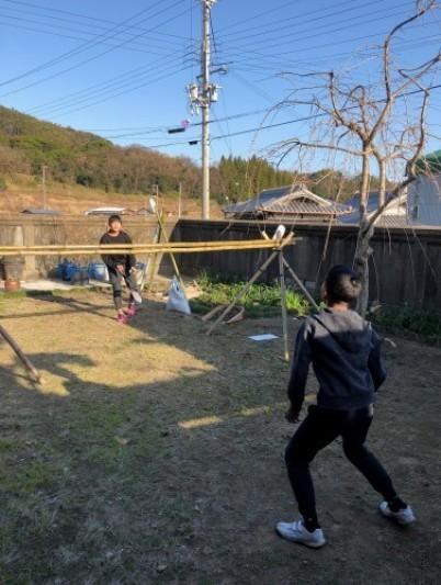土筆採りの後は 村の子とバトミントンを楽しむ_a0346704_19282273.jpg