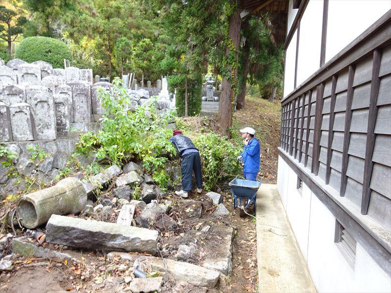 お寺の塀の建て替え工事 進行中。_f0105112_04432506.jpg