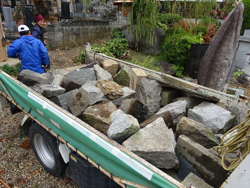 お寺の塀の建て替え工事 進行中。_f0105112_04432599.jpg
