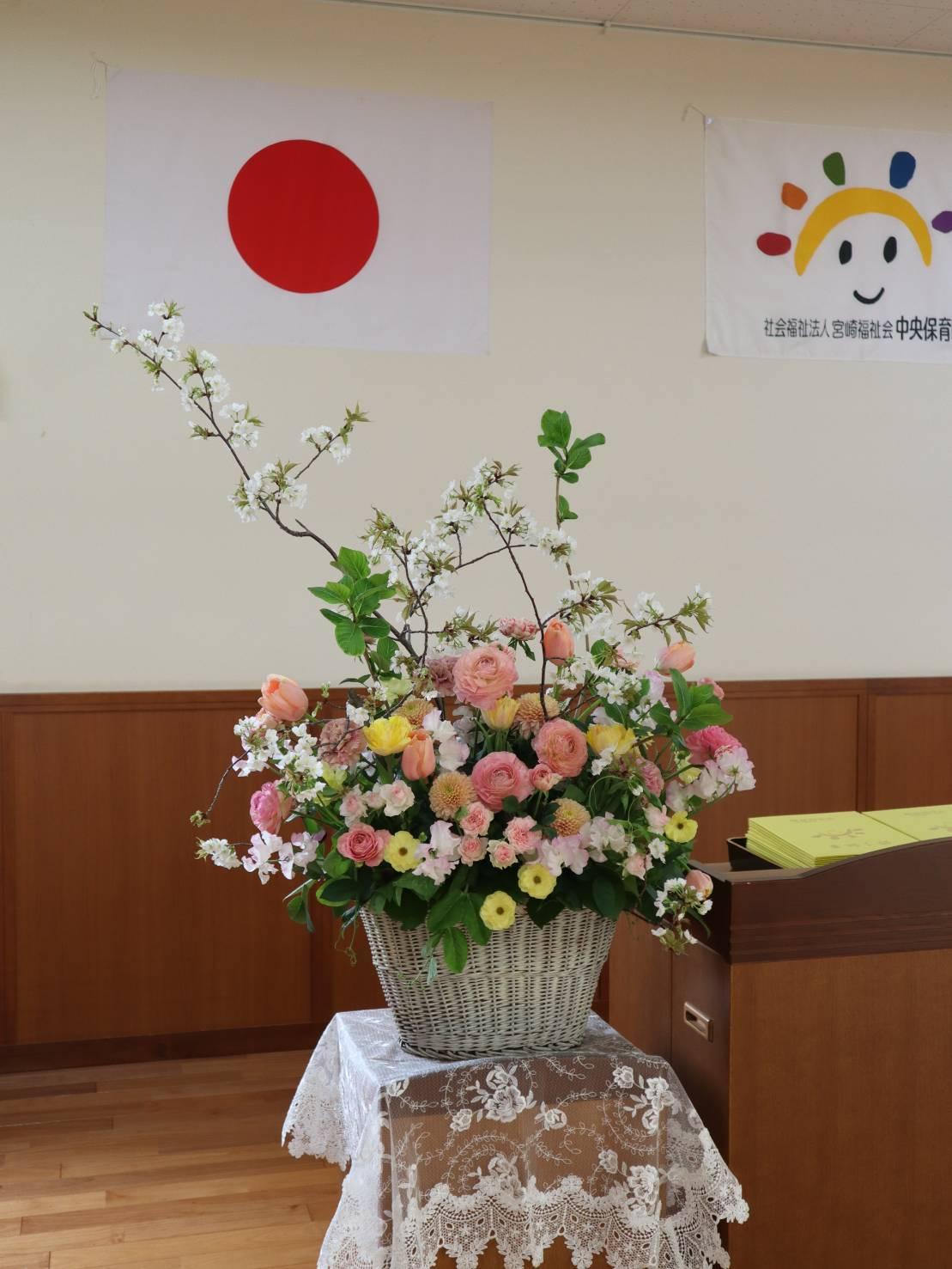 お花いっぱいの保育園の卒園式準備完了_b0137969_20185203.jpeg