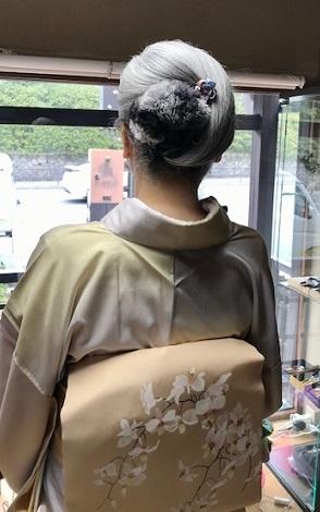 ご来店のお客様・春色の石下結城紬に蘭の染帯。_f0181251_17043270.jpg