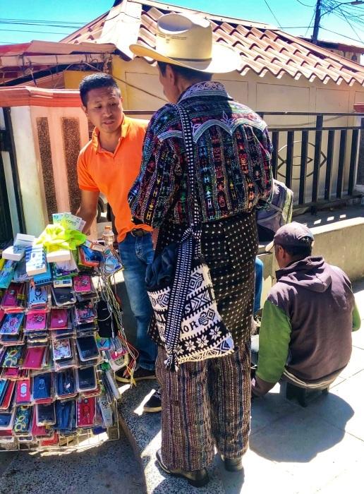 男性の民族衣装がユニーク ソロラの街@グアテマラ_a0092659_12570434.jpg