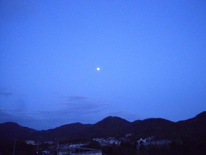 満月は水面にも_e0175370_23010081.jpg