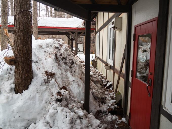 """エゾリス君も驚きます・・春を告げる""""屋根からの落雪""""_f0276498_21353253.jpg"""