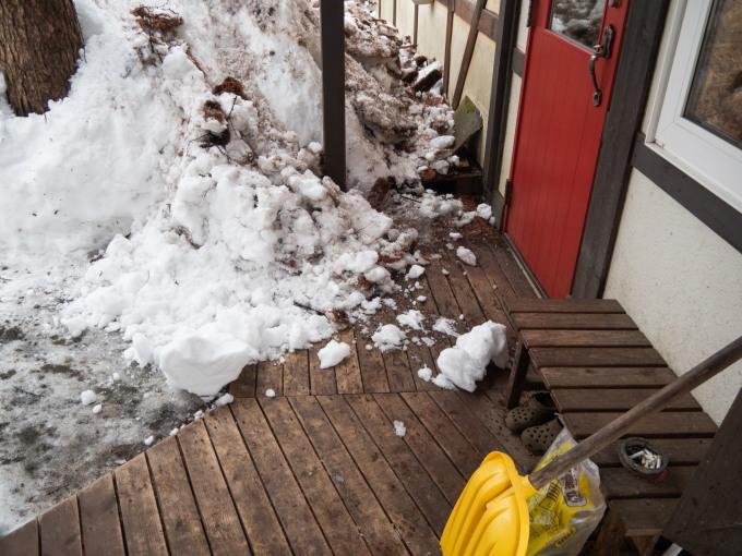 """エゾリス君も驚きます・・春を告げる""""屋根からの落雪""""_f0276498_21354930.jpg"""