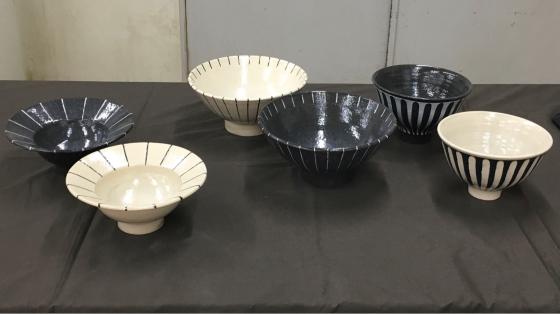 公民館の陶芸サークルで、サークル内展示、無観戦展示!、作陶は釉薬掛けと削り…。_b0232876_16401290.jpg