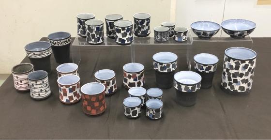 公民館の陶芸サークルで、サークル内展示、無観戦展示!、作陶は釉薬掛けと削り…。_b0232876_16401430.jpg