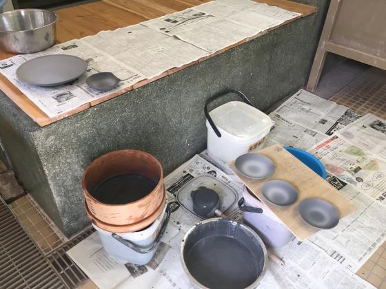 公民館の陶芸サークルで、サークル内展示、無観戦展示!、作陶は釉薬掛けと削り…。_b0232876_17522238.jpg