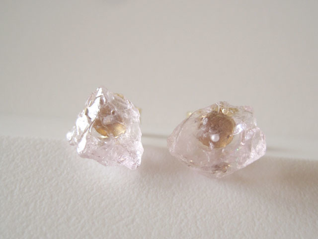 新作:モルガナイトの原石ピアス/pink beryl/Brazil 14kgf_e0266690_01175832.jpg