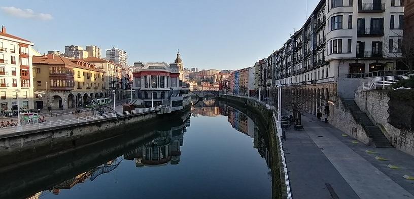 川辺の散歩から部屋飲み買い出しに @ビルバオ_b0129725_14090208.jpg