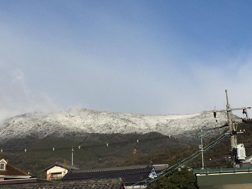 名残の雪が山に降る_e0175370_21163265.jpg
