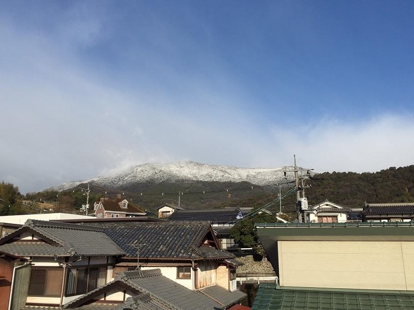 名残の雪が山に降る_e0175370_21164142.jpg