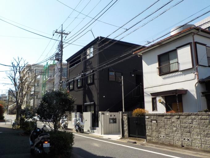 黒っぽい外壁の保育園_e0215910_14193670.jpg
