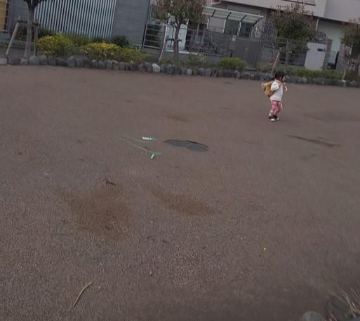 クマくんを背負って走るミホちゃん、追い付かない山田パンダ。_b0096957_19481503.jpg