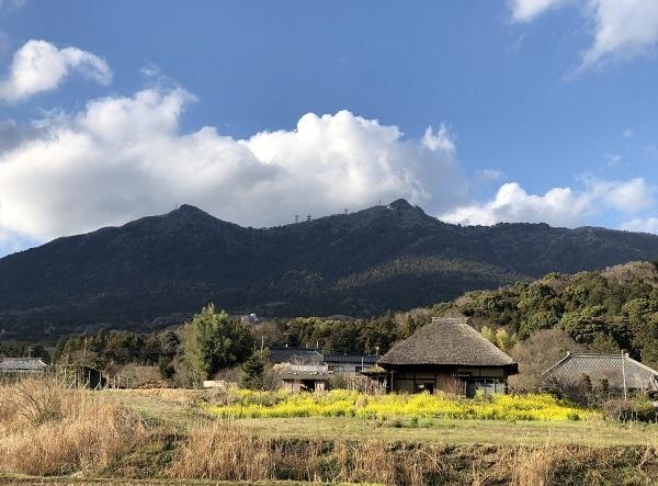 筑波山と菜の花と茅葺き屋根_b0100229_16540964.jpg